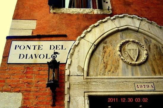 Palazzo Priuli: entry next to bridge