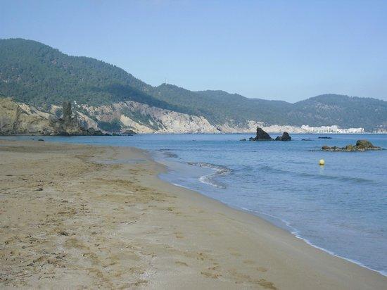 Playa de Es Figueral: pequeños islotes.
