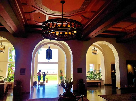 The Royal Hawaiian, A Luxury Collection Resort: Lobby Looking at Beach Area
