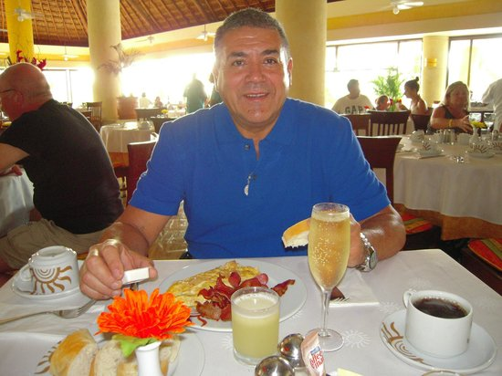 Luxury Bahia Principe Akumal Don Pablo Collection: desayunando en el comedor a las 07 am a full