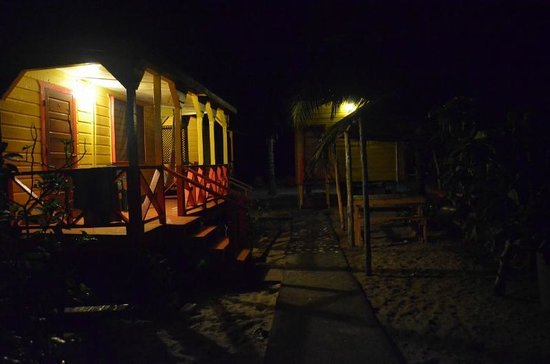 Julia's Rooms and Guesthouse: The bungalows at night
