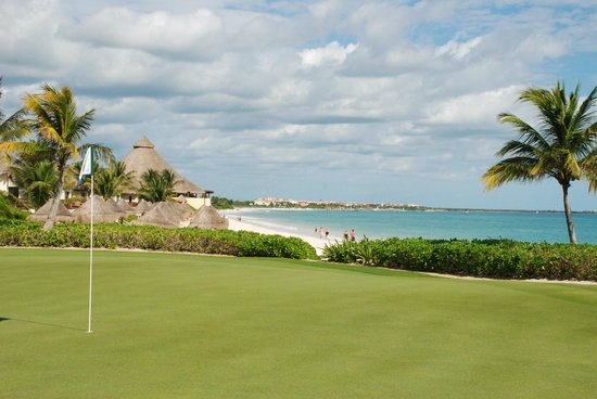 El Camaleon Mayakoba Golf Club: 15th Green...does it get any better than this?