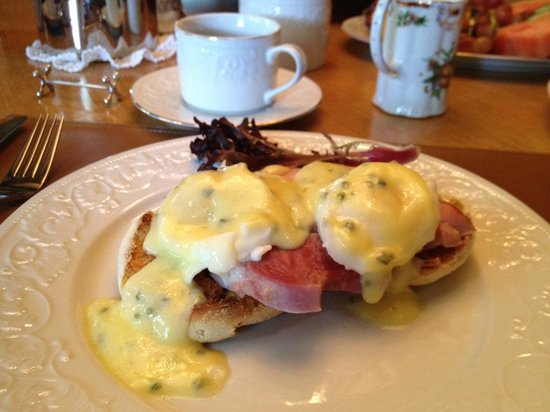 Dickens House Bed and Breakfast: Amazing Eggs Benedict breakfast.