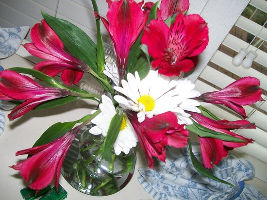 Beaver Lake Cottages: Beautiful fresh flowers in the bath