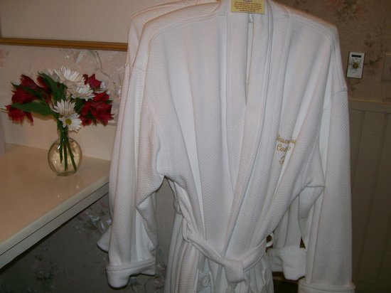 Beaver Lake Cottages: Luxurious Bath Robes for 2