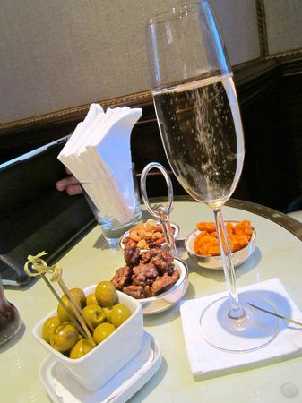 Egerton House Hotel: Champ and nibbles