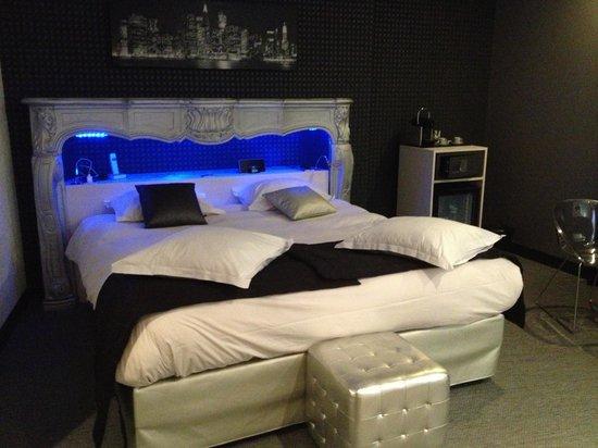 Hotel le Turenne : Le lit dans la cheminée
