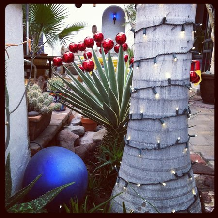 El Angel Azul Hacienda : Mexican Holiday Decorations in the Angel's Courtyard