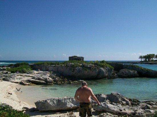Grand Sirenis Riviera Maya Resort & Spa: View of the small ruin near the beach.