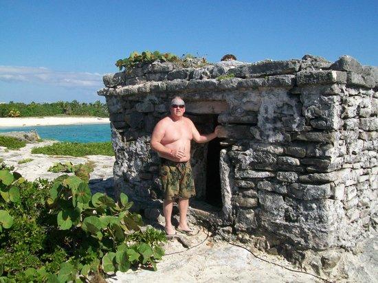 Grand Sirenis Riviera Maya Resort & Spa: Small ruin near beach.