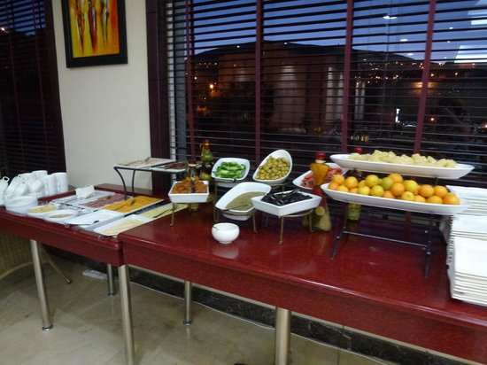Petra Moon Hotel: Buffet breakfast Fruit and Cheese selection