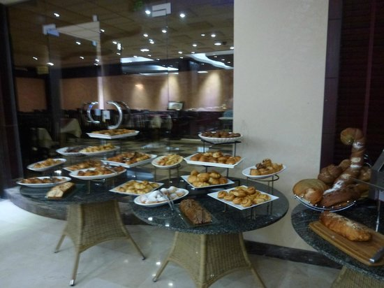 Petra Moon Hotel: Buffet breakfast breads and rolls selection