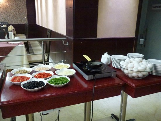 Petra Moon Hotel: Breakfast omelette station