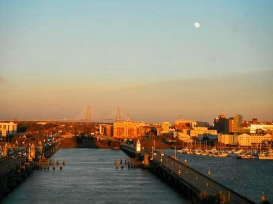 Holiday Inn Charleston Riverview: beautiful sunset with view of the moon & the Ashley River