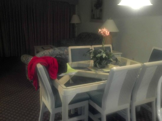 Poinciana, FL: living and dining area with pullout couch