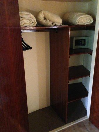 Skukuza Rest Camp: Closet, shelving, in-room safe