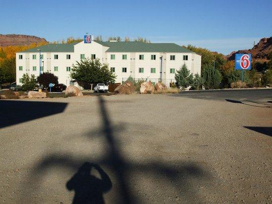 موتيل 6 مواب: Rear view of hotel