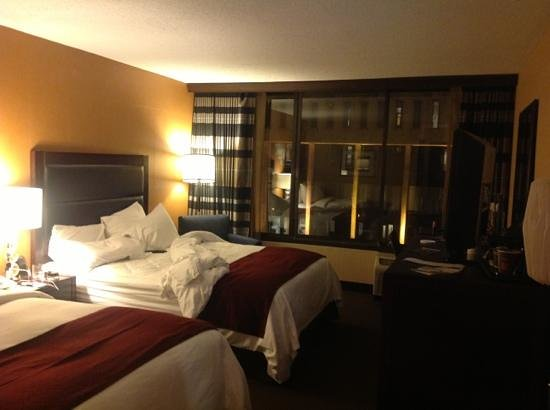 Doubletree Cleveland Downtown / Lakeside: standard 2 queen room