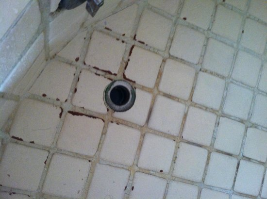 Terrasol Beach Resorts: Old drain and missing drain control in master bathtub