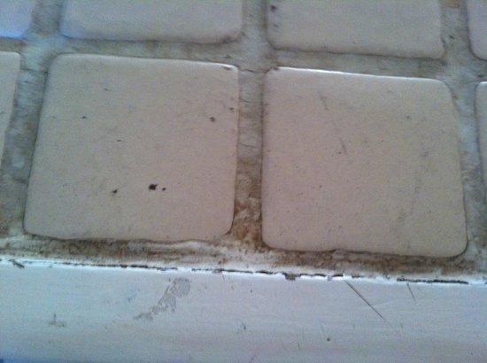 Terrasol Beach Resorts : Old cracked and stained grout in the bathtub area