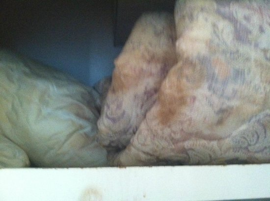 Terrasol Beach Resorts : Soiled/Rusted extra comforters and pillows