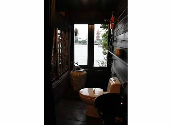 Loy La Long Hotel: Black room bathroom