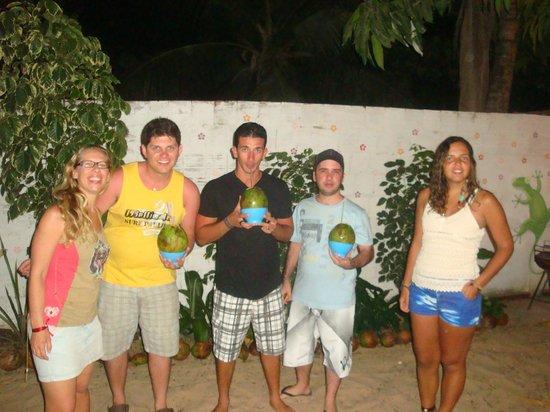 Casa Coco Verde - Pousada & Hostel: tomando um coco verde :)