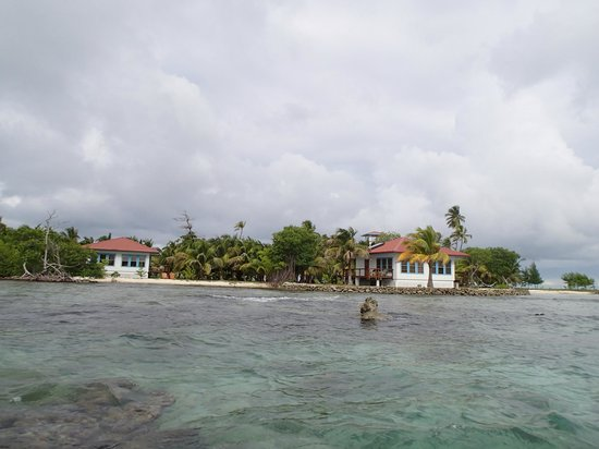 Hatchet Caye Resort: View of the caye from the water