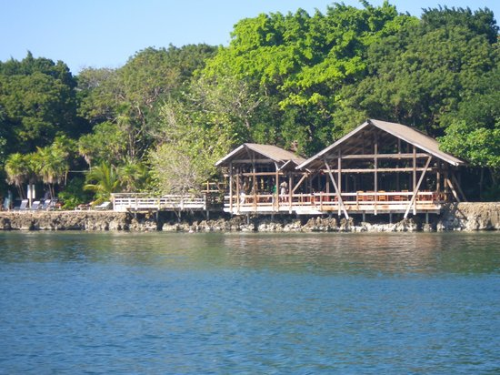 Half Moon Resort: View of the restaurant from the water