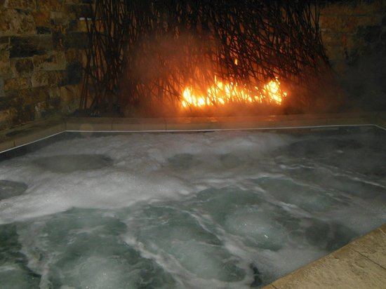 Hotel Talisa, Vail: Hot tub and fire near pool