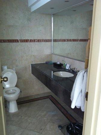 Village Residence West Coast by Far East Hospitality: Main Bathroom in the master bedroom