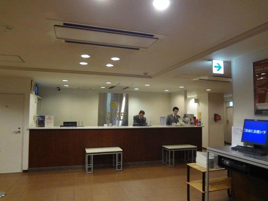 Comfort Hotel Narita: フロントデスクの様子