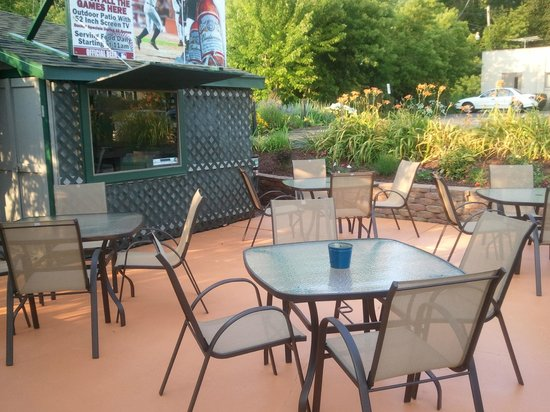 Frankie's Pub & Grill: Our Outdoor Patio