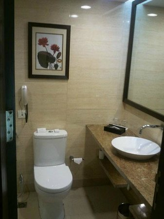 Four Points by Sheraton Vadodra: spacious bathroom