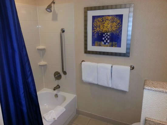 Courtyard Amarillo: Clean Tub and Shower