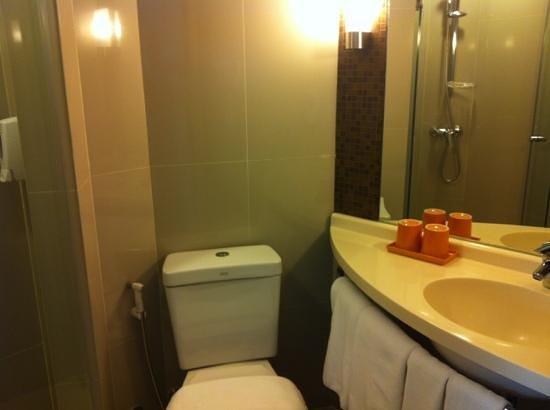 the small toilet バンコク イビス バンコク サイアム ホテルの写真