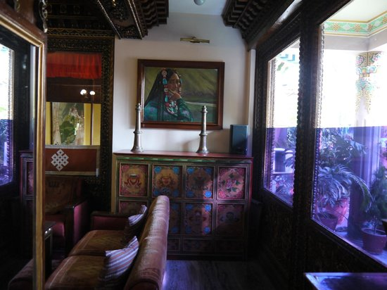 Hotel Tibet: One cosy corner of the lobby area