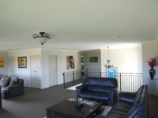Falls Chateau : Upstairs lounge.