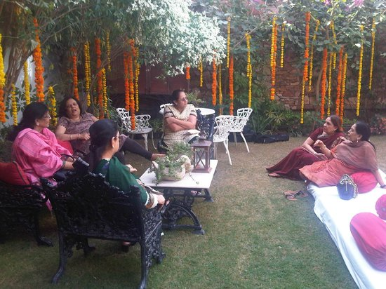 Hotel Udai Kothi: Ladies chilling before the event at the beautifully decorated area