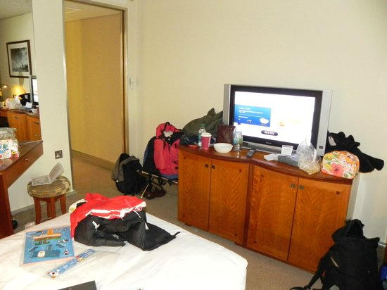Hilton London Heathrow Airport: Mini bar is to the left, out of view