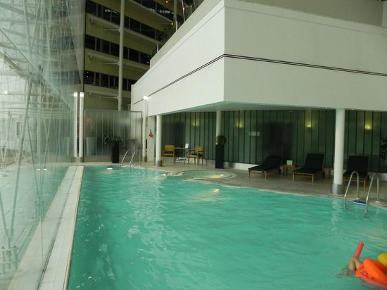 Hilton London Heathrow Airport: Restaurant above the pool area