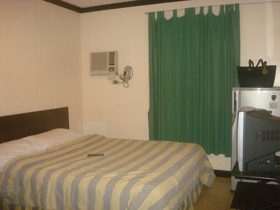 Crowne Garden Hotel: matrimonial bed with the amenities in the room
