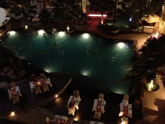Deevana Plaza Phuket Patong: Pool at night