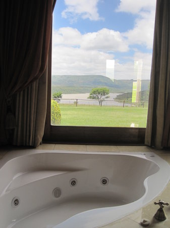 Blue Haze Country Lodge: Spa bath, executive suite - overlooking Wagendrift Dam