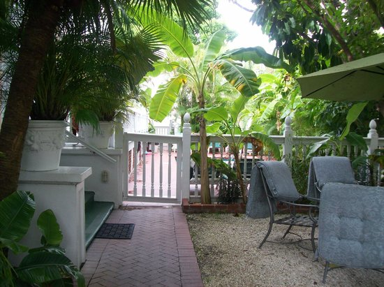 Southernmost Point Guest House: gate to the jacuzzi pool