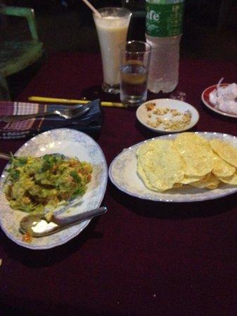 Yar Pyi Vegetarian Restaurant : Guacamole and Pampadoms