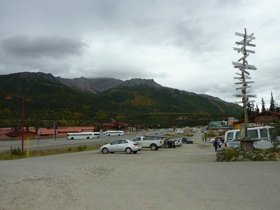 Denali Bluffs Hotel: Eateries& shops strip (Tesolo stop)