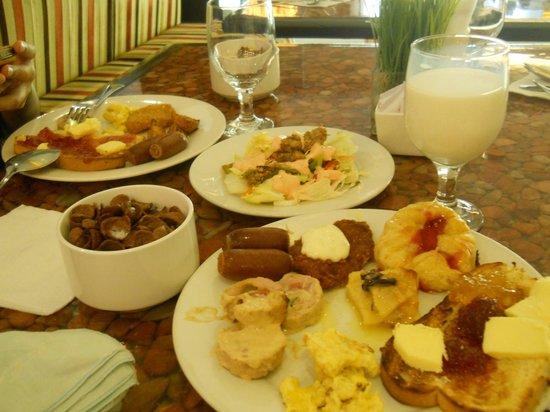 Crown Regency Hotel & Towers: Breakfast buffet