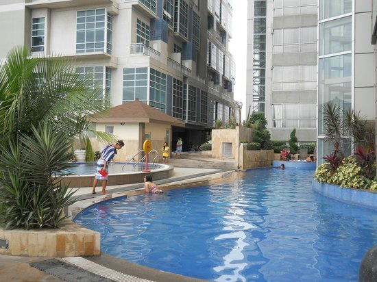 Crown Regency Hotel & Towers: Pool area