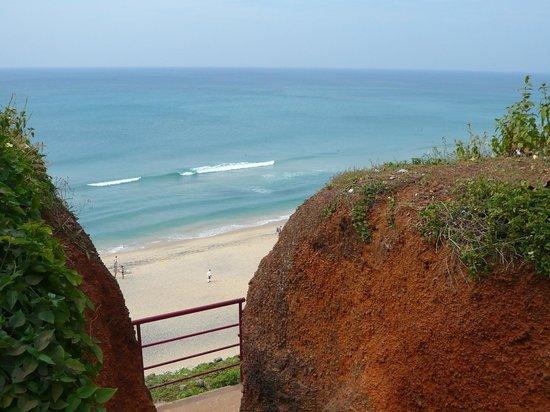 Mango Villa : la plage vue depuis le haut de la falaise